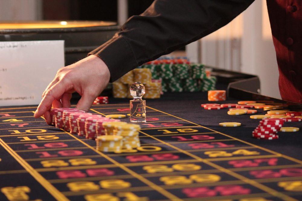 Zahlen auf einem Roulette-Tisch.