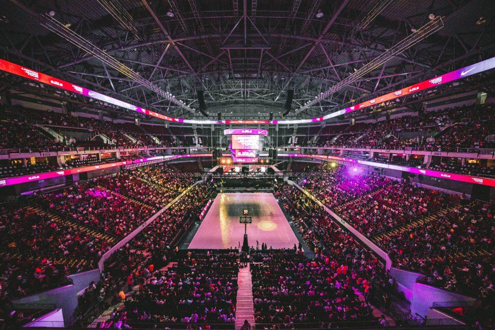 Zuschauer fiebern bei einem großen eSport Event mit